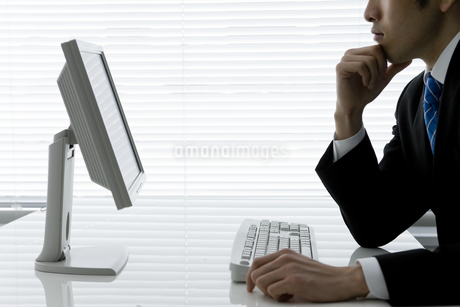 考えるビジネスマンの写真素材 [FYI00040155]