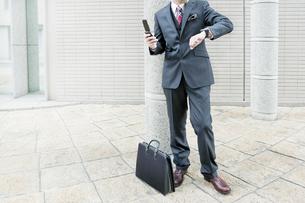 オフィス街に立つビジネスマンの写真素材 [FYI00040158]