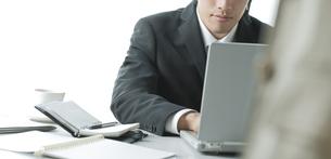 デスクワークのビジネスマンの写真素材 [FYI00040161]