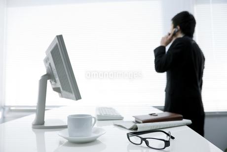 オフィスで電話をするビジネスマンの写真素材 [FYI00040164]
