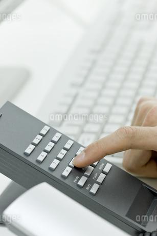 電話をかける男性の手の写真素材 [FYI00040165]