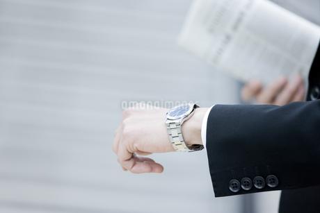 腕時計を見るビジネスマンの写真素材 [FYI00040167]
