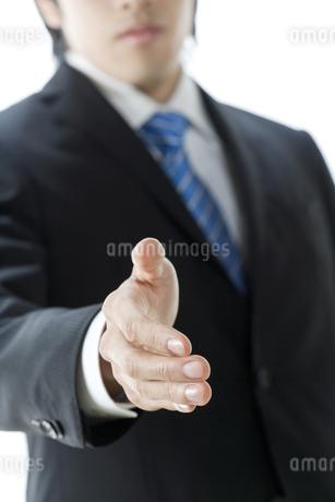 手を差し出すビジネスマンの写真素材 [FYI00040173]