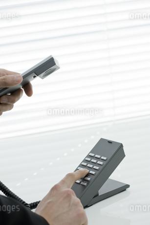 電話をかける男性の手元の写真素材 [FYI00040177]