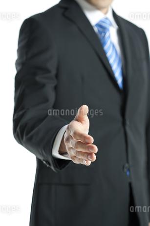手を差し出すビジネスマンの写真素材 [FYI00040178]