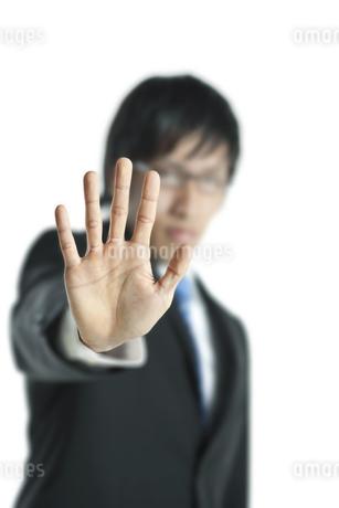手を突き出すビジネスマンの写真素材 [FYI00040180]
