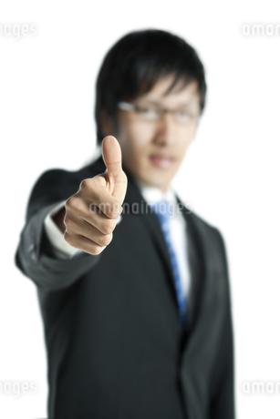 親指を立てるビジネスマンの写真素材 [FYI00040189]