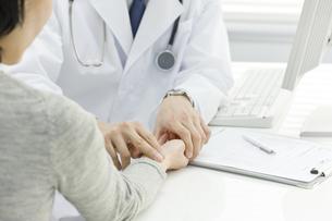 患者の脈を計る医師の写真素材 [FYI00040195]