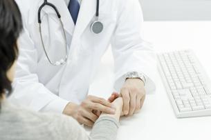 患者の脈を計る医師の写真素材 [FYI00040201]