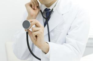 聴診する医師の写真素材 [FYI00040202]