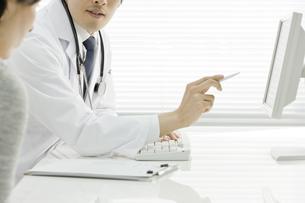 モニターで説明する医師の写真素材 [FYI00040212]