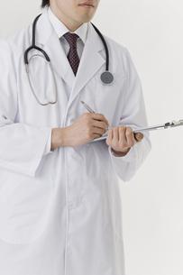 書類に記入する医師の写真素材 [FYI00040219]