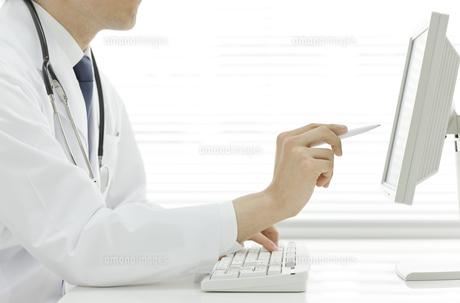 パソコンをする医師の写真素材 [FYI00040250]