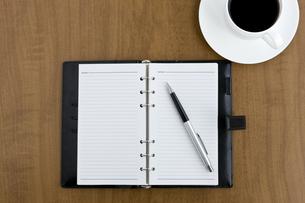 デスクの上の手帳とコーヒーカップの写真素材 [FYI00040259]