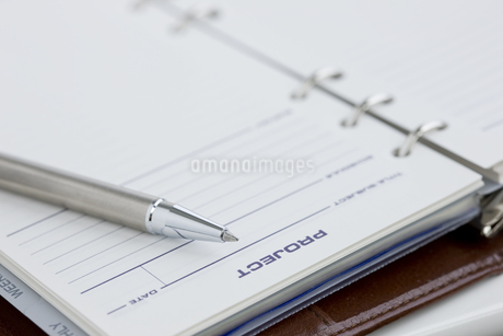 手帳とペンの写真素材 [FYI00040262]
