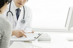 患者に説明する医師の写真素材 [FYI00040264]