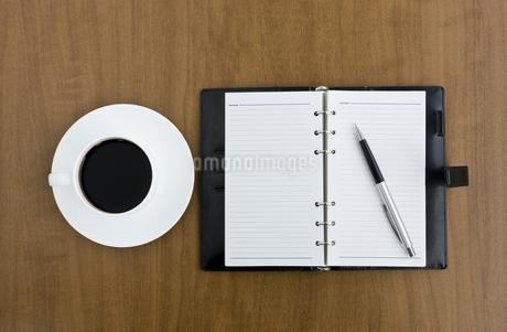デスクの上の手帳とコーヒーカップの写真素材 [FYI00040270]