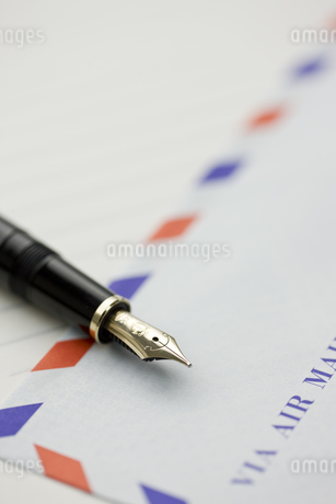 エアメールと万年筆の写真素材 [FYI00040293]