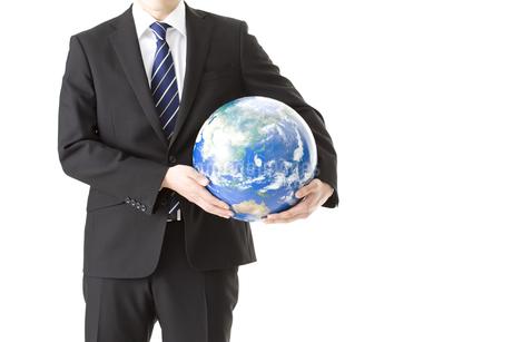 地球儀を持つビジネスマンの写真素材 [FYI00040309]