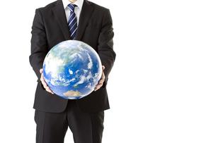 地球儀を持つビジネスマンの写真素材 [FYI00040310]