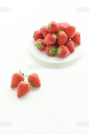 テーブルに置かれた苺の写真素材 [FYI00040316]