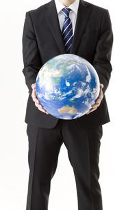 地球儀を持つビジネスマンの写真素材 [FYI00040320]