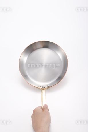 フライパンを持つ手の写真素材 [FYI00040343]