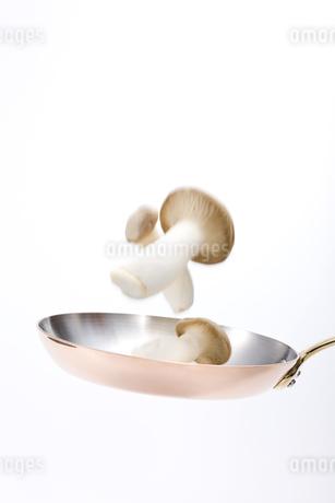 フライパンと野菜の写真素材 [FYI00040352]