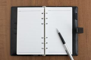 手帳とペンの写真素材 [FYI00040442]