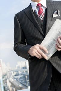 屋上に立つビジネスマンの写真素材 [FYI00040445]
