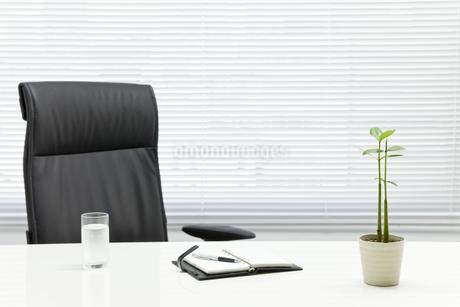 オフィスデスクとビジネスアイテムの写真素材 [FYI00040450]