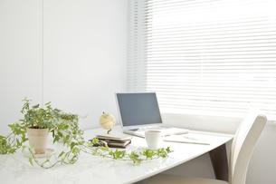 オフィスデスクとビジネスアイテムの写真素材 [FYI00040452]