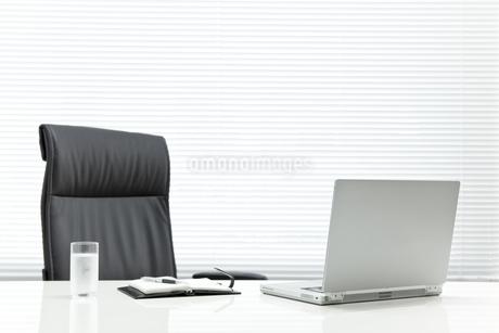 オフィスデスクとビジネスアイテムの写真素材 [FYI00040453]