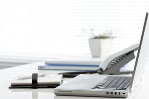 オフィスデスクとビジネスアイテムの写真素材 [FYI00040454]