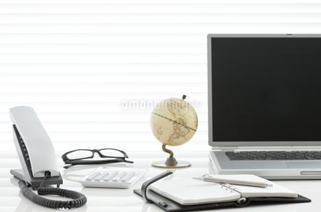 オフィスデスクとビジネスアイテムの写真素材 [FYI00040456]