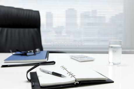 オフィスデスクとビジネスアイテムの写真素材 [FYI00040457]