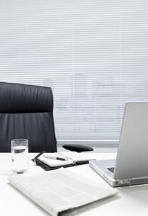 オフィスデスクとビジネスアイテムの写真素材 [FYI00040458]