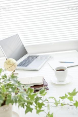 オフィスデスクとビジネスアイテムの写真素材 [FYI00040459]