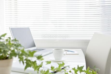 オフィスデスクとビジネスアイテムの写真素材 [FYI00040467]