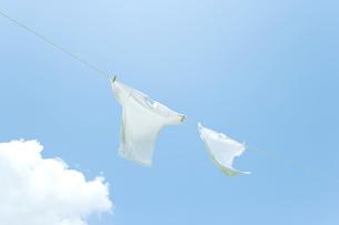 青空と洗濯物の写真素材 [FYI00040537]