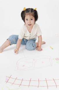 お絵描きする女の子の写真素材 [FYI00040542]