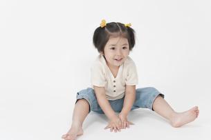 座る女の子の写真素材 [FYI00040543]