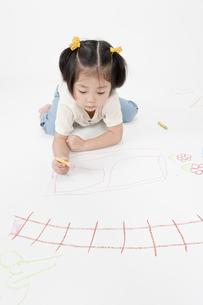 お絵描きする女の子の写真素材 [FYI00040550]