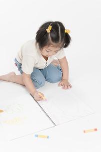 お絵描きする女の子の写真素材 [FYI00040551]