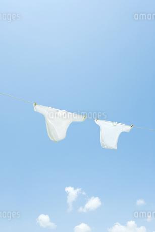 青空と洗濯物の写真素材 [FYI00040553]