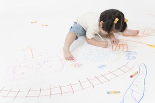 お絵描きする女の子の写真素材 [FYI00040554]
