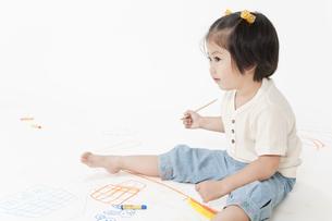 お絵描きする女の子の写真素材 [FYI00040555]