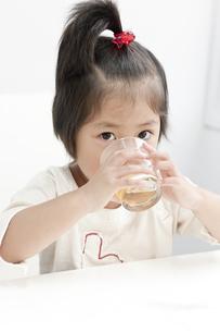 お茶を飲む女の子の写真素材 [FYI00040556]