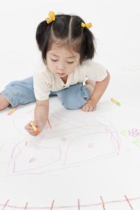 お絵描きする女の子の写真素材 [FYI00040557]