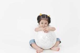 地球儀と女の子の写真素材 [FYI00040563]